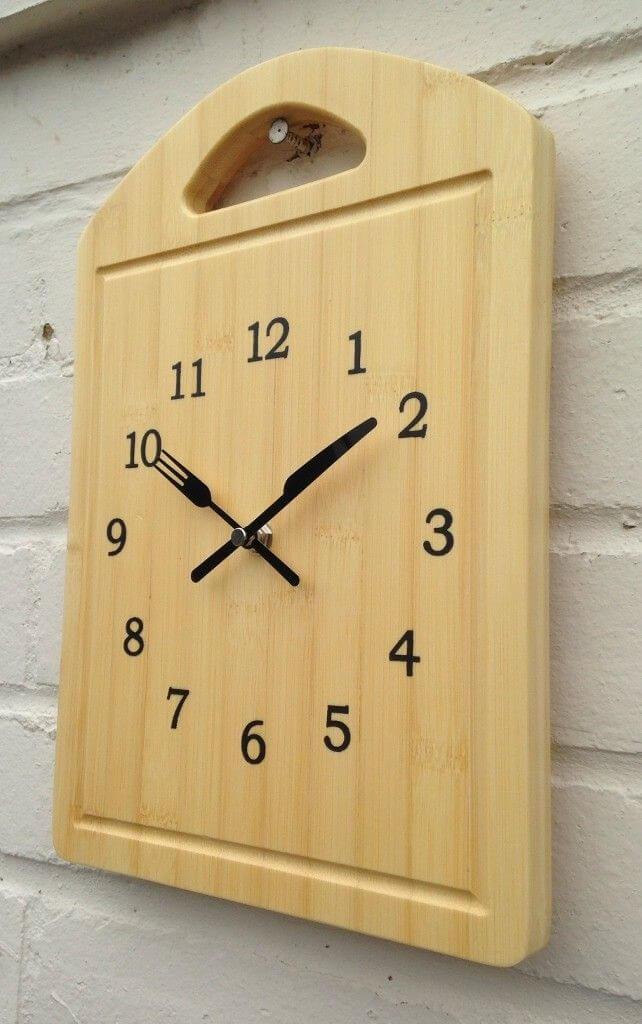 riciclare un vecchio tagliere in legno in un orologio